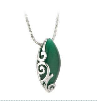Keltischer Anhänger oval mit grünem Stein